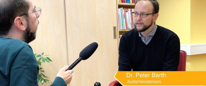 Standbild vom Interview Wie entstand das Erwachsenenschutzgesetz mimt Peter Barth. Eine Einblendung sagt, er ist vom Justizministerium.