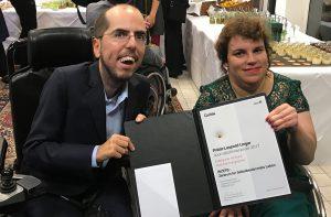 Markus Ladstätter und Katharina Müllebner zeigen die Urkunde des Anerkennungspreises.