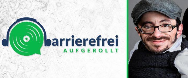 Die linken 2 Drittel sind das Logo von barrierefrei aufgerollt, ein Kopfhörer der auf einem Lautsprecher sitzt und das b geht über zu barrierefrei aufgerollt. Das rechte Drittel ein Portrait von Raul Krauthausen.