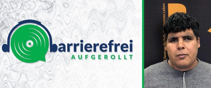 Die linken 2 Drittel sind das Logo von barrierefrei aufgerollt, ein Kopfhörer der auf einem Lautsprecher sitzt und das b geht über zu barrierefrei aufgerollt. Das rechte Drittel ein Portrait von Driss Mareoudi.
