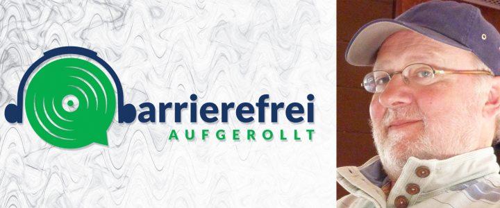 Die linken 2 Drittel sind das Logo von barrierefrei aufgerollt, ein Kopfhörer der auf einem Lautsprecher sitzt und das b geht über zu barrierefrei aufgerollt. Das rechte Drittel zeigt ein Portraitfoto von Volker Schönwiese mit blauer Baseballkappe.