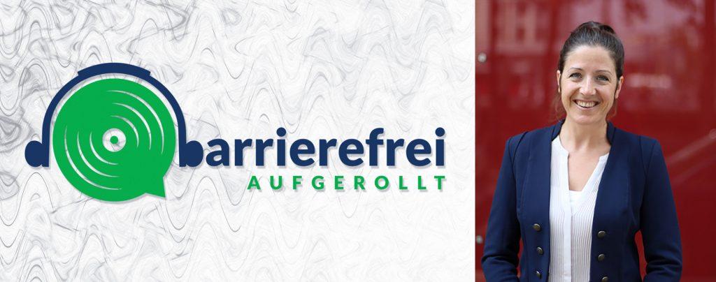 Die linken 2 Drittel sind das Logo von barrierefrei aufgerollt, ein Kopfhörer der auf einem Lautsprecher sitzt und das b geht über zu barrierefrei aufgerollt. Das rechte Drittel zeigt ein Portraitfoto von Christina Wurzinger in blauem Blazer vor rotem Hintergrund.