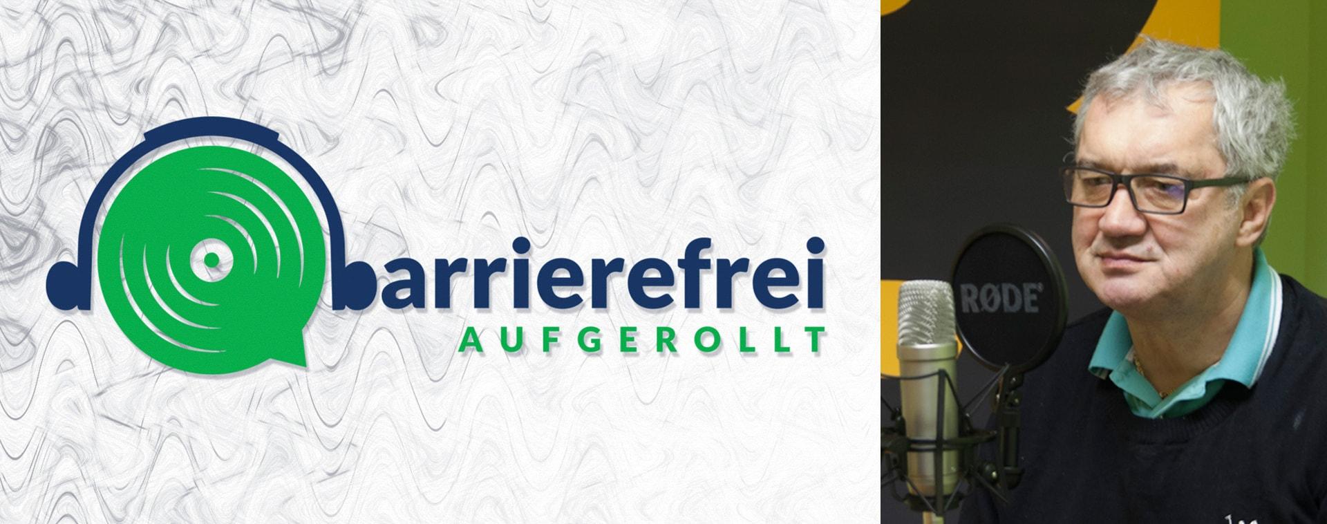 Die linken 2 Drittel sind das Logo von barrierefrei aufgerollt, ein Kopfhörer der auf einem Lautsprecher sitzt und das b geht über zu barrierefrei aufgerollt. Das rechte Drittel zeigt ein Portraitfoto von Oswald Föllerer neben einem Mikrofon mit Aufschrift Rode.